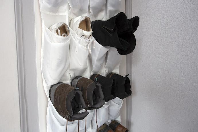 Rak sepatu gantung, terlihat rapi di ruang mungil
