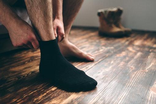 Quarter atau low crew, serasi dipasangkan dengan sepatu boots atau pantofel