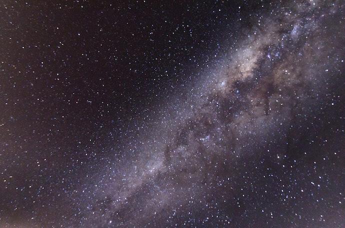 Pilih lensa yang terang untuk mengambil foto langit berbintang