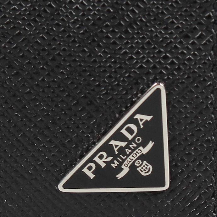 Untuk dompet pria, logo di bagian pojok akan memberi kesan elegan dan fashionable