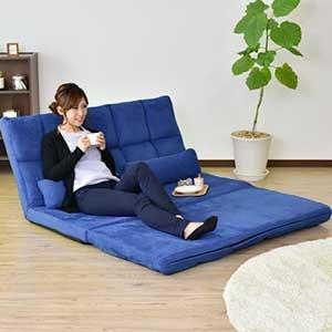 Pilih sofa yang dapat difungsikan sebagai tempat penyimpanan dan kasur juga