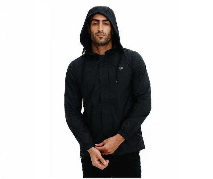 Coach jacket dengan hoodie untuk perlindungan area kepala