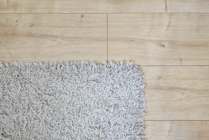 Gunakan karpet untuk melindungi lantai