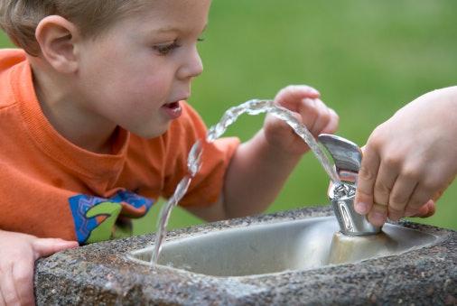 Kran minum: Airnya menyembur ke atas