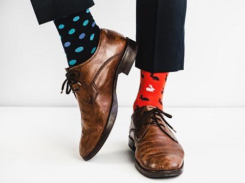 Pilih motif dan warna yang sesuai dengan pakaian dan sepatu