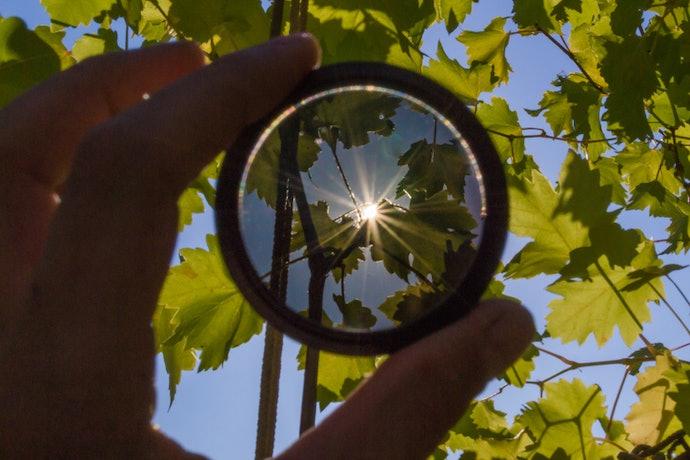Lensa photochromic: Bisa berubah warna saat terkena cahaya matahari