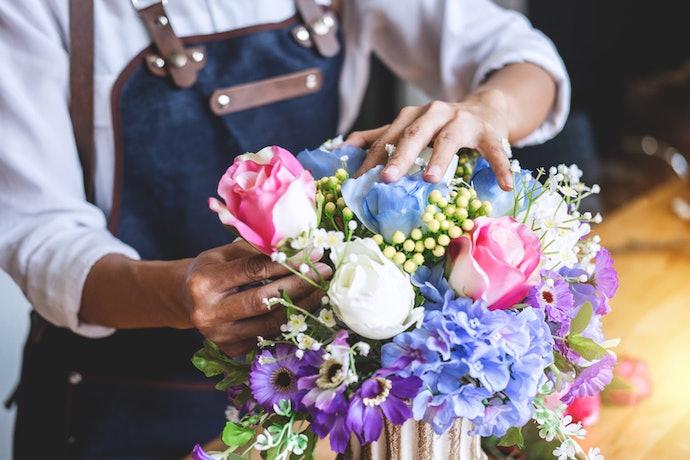 Pilih dekorasi bunga asli untuk membuat ruangan tampak elegan