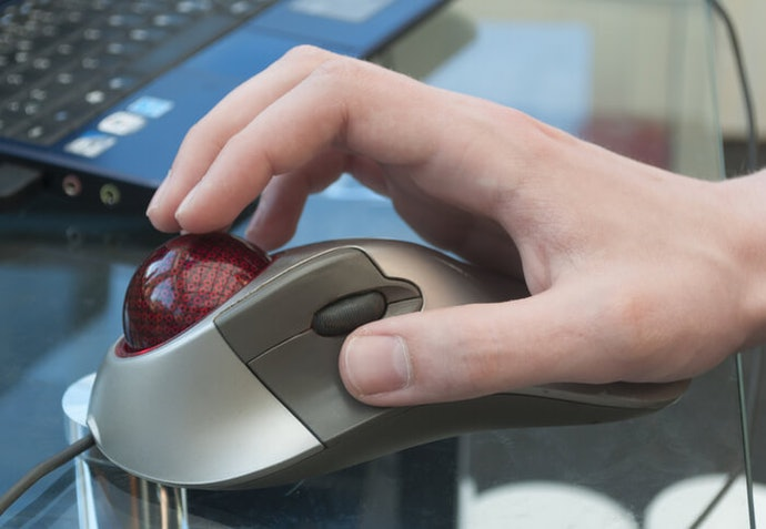 Penggunaan trackball mouse dengan jari telunjuk